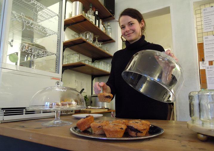 Alana Zubritz am Tresen ihre Cafés. Foto: Chr. Schumann, 2020