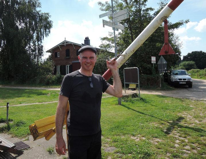 Fährmann Olaf Murnau, der in diesem Jahr sein Fährpatent ablegen möchte, ist einer von neun Freiwilligen im Team des Fördervereins Siebeneichen, die sich um Erhalt und Betrieb der historischen Seilfähre kümmern. Foto: Chr. Schumann, 2020