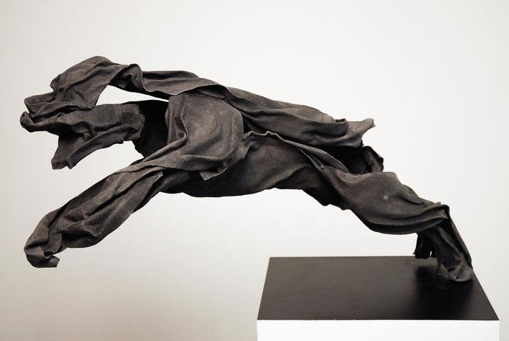 Böser Hund, 2011 Stoff, Pigment, Epoxidharz, Glasfaser, Metall 44 x 82 x 30 cm Foto: Stefan Heine