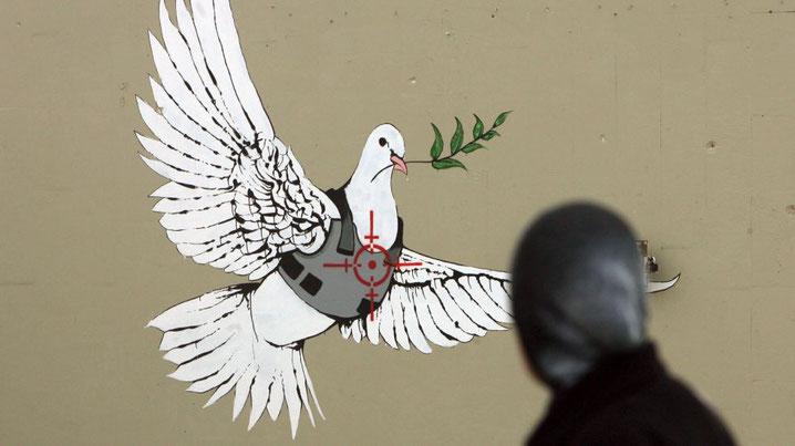 Friedenstaube mit Sicherheitsweste im Fadenkreuz