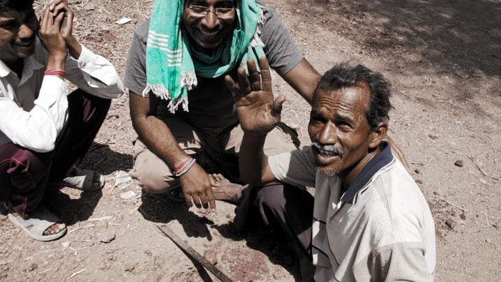 Gründer der Peace Foundation Amit Tyagi (mitte) mit Dorfbewohnern Dhanolis beim Aufbau der Baumwoll-zu-Stoff-Einheit im März 2018.