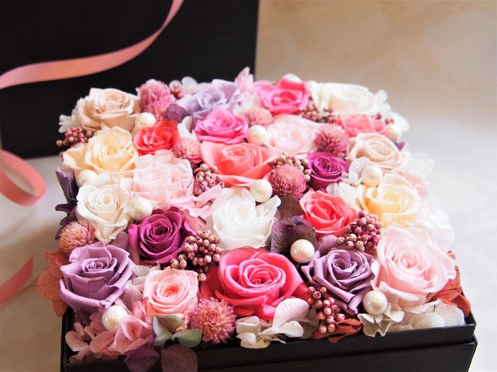 大きなプリザーブドフラワーのボックスフラワーをお祝い電報やプロポーズ、両親へのプレゼントとして