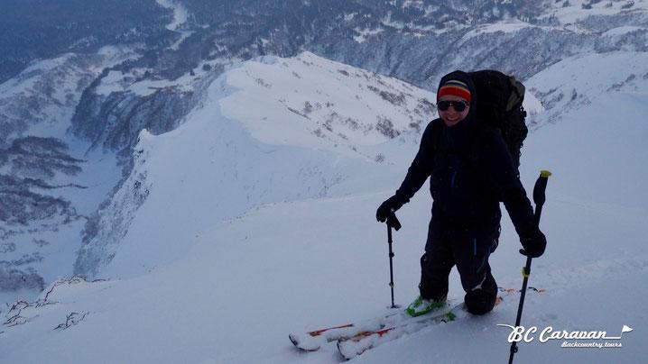 標高約1300m地点から登ってきた尾根を見下ろす。