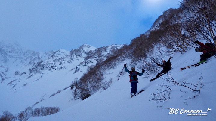12月は陽が低く谷の中はやや暗め。