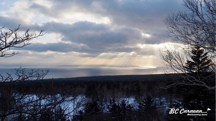 朝日を浴びる海。その向こうには稚内が見えました。視界が良いとサハリン(ロシア)も見えるとか?