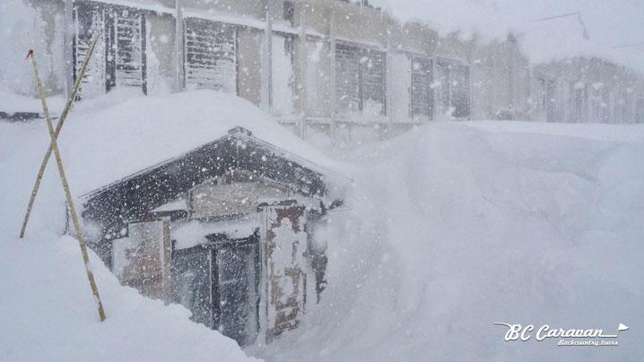 雪に覆われる雷鳥荘 2017年11月23日