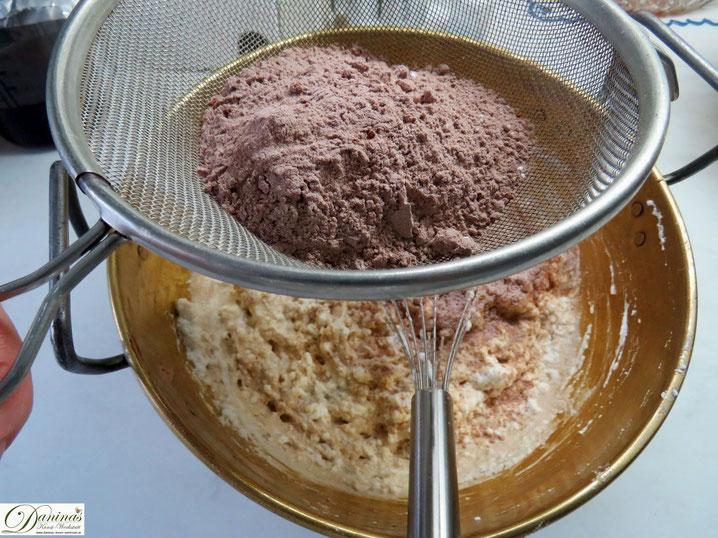 Backtipps & Tricks: Alle pulvrigen Zutaten werden gut vermischt und immer zuletzt in die Eimasse gesiebt.