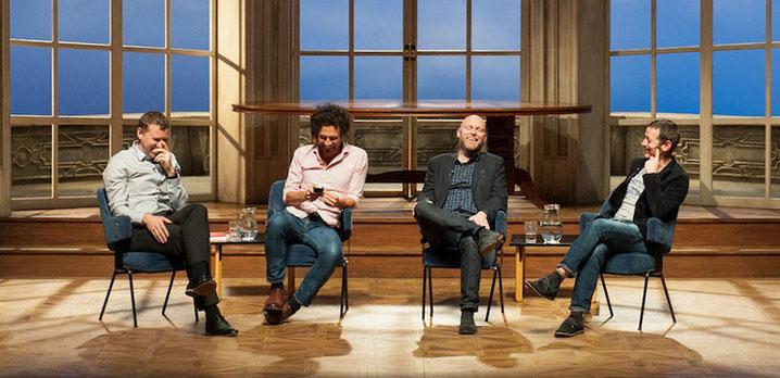 Treten auch live vor Publikum auf: die Podcaster Richard Moore, Daniel Friebe, Lionel Birnie (v.l.).