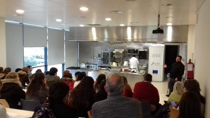 Los estudiantes siguieron atentos las explicaciones de Bati Bordes para preparar los salazones típicos de la Marina Alta.
