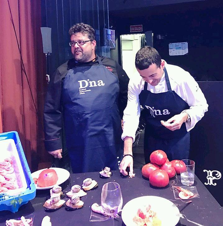 Bati Bordes, de El Marino Dénia, con Ricard Camarena, preparando los montaditos de figatell y los tomates