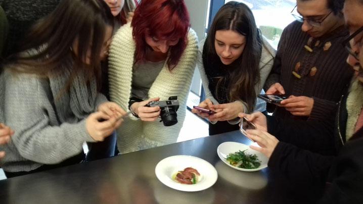 Los estudiantes tomaron nota gráfica de los platos que preparó Bati Bordes (El Marino Dénia).