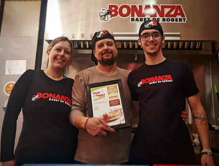 """El equipo del """"Bonanza, Baret de Robert"""" festejando el premio de la Ruta de Tapas"""