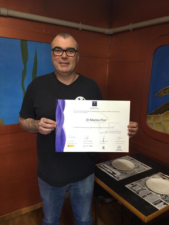 Manuel Gregorio sostiene el certificado SICTED en salón privado del Marino Port. Dénia sigue creciendo con su gastronomía
