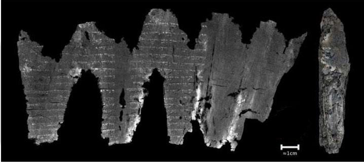 Le rouleau carbonisé d'En-Gedi contient un texte de 35 lignes correspondant au passage biblique des 2 premiers chapitres du Lévitique. Ce passage explique en détail comment les Israélites devaient procéder afin d'offrir des holocaustes à Jéhovah ou Yahvé.