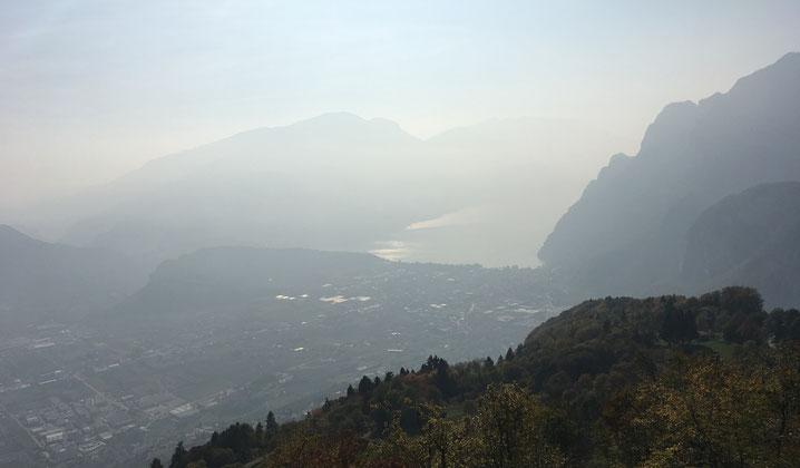 19.10.17 Blick von Rifugio San Pietro (Tenno) auf Riva mit nördlichen Gardasee