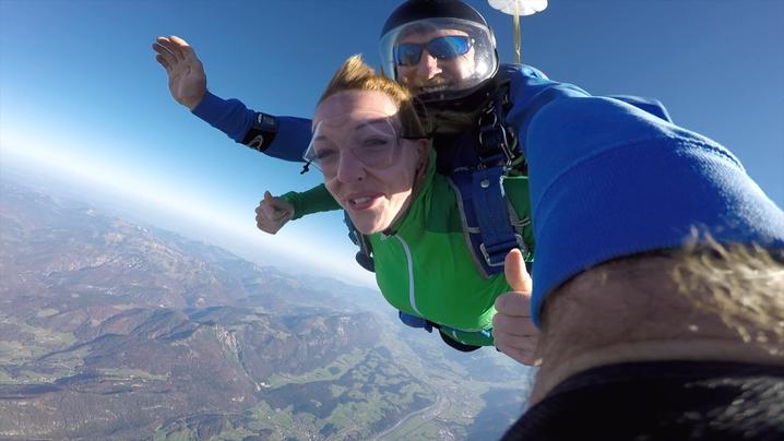 Ein Fallschirmsprung über Dingolfing mit Edi Engl aus Amberg Oberpfalz. Fallschirmspringen nähe München und Landshut in Bayern. Adrenalin pur beim Tandemsprung über Bayern.