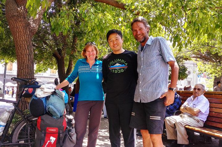Jason Lu aus Peking und seine Freunde interessieren sich für unsere Reise, ganz besonders aber für die Velos . . .