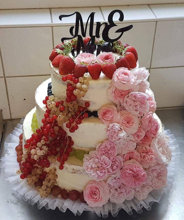Hochzeitstorte 3 stöckig mit frischen Früchten und echten Bioland Rosen