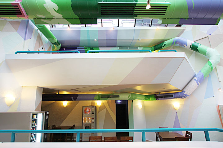 In dem Farbkonzept helle Farbtöne sorgen für Licht im Innenbereich. Malerei ist auf die Gestaltung abgestimmt.