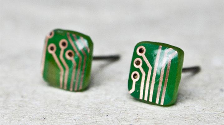 Grüne Ohrstecker mit Leiterbahnen der ersten Kollektion 1412
