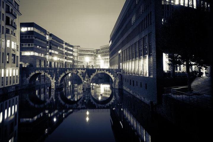 Hamburg Monochrom Bruecke Spiegelung Nachtaufnahme Reflektionen