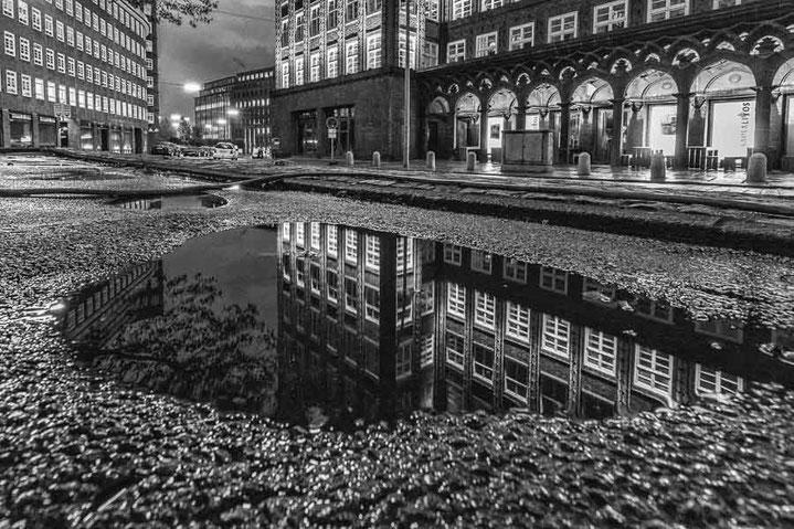 Hamburg Monochrom Chilehaus Architektur Spiegelung Pfütze