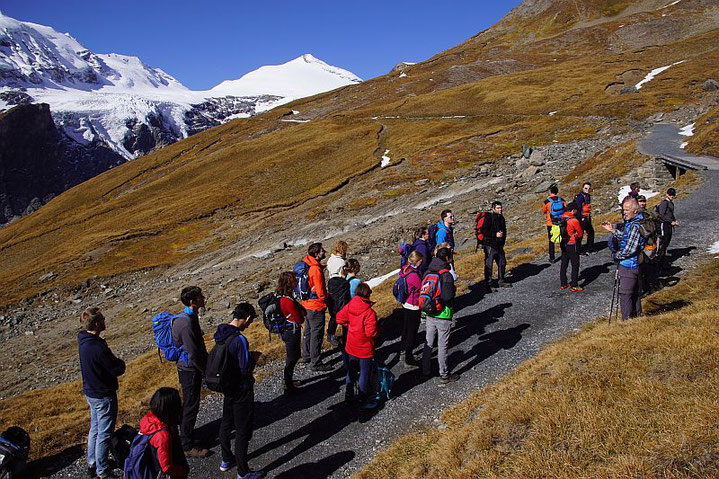 Am Gamsgrubenweg während einer Gletscherexkursion, im Hintergrund der Johannisberg