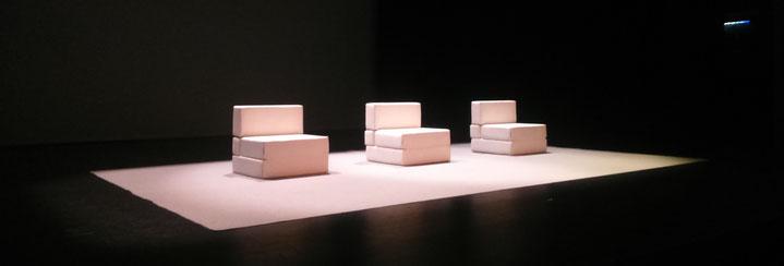 L'escenari minimalista de iMe... Espereu a veure la divertida història que amaga