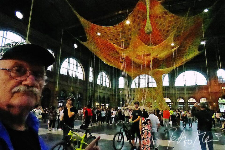 Pedro Meier – Ernesto Neto, Brazil – »Gaia Mother Tree« – Zurich Main Station – Fondation Beyeler – 7 © Pedro Meier »Selfie-Art-Project« Multimedia Artist, Atelier Gerhard Meier Weg Niederbipp/ Bangkok am Golf von Thailand – FLUXUS DADA, Visarte, SIKART