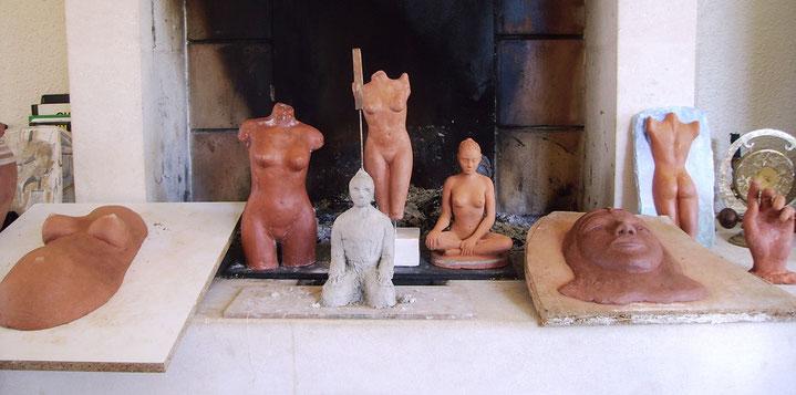 sculpture argile femme, nue, nu artistique, statue de nu, art du bronze, aphrodite, venus, artiste amateur,   sensuel, belle  femme sensuelle assise.