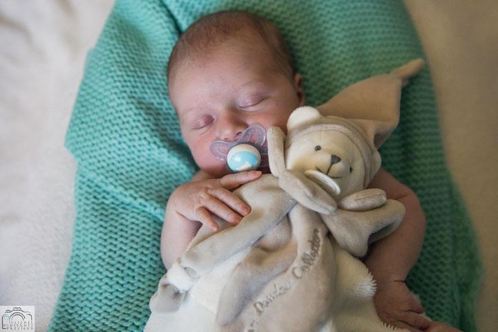 Photographe Montrevel en Bresse nouveau-né naissance bébé