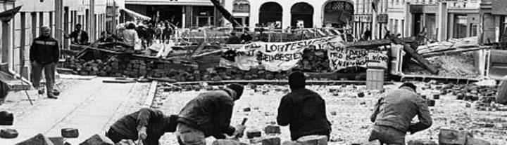 """Kampen om det bz'atte hus i Ryesgade 58, september 1986. Info: """" Væk med lortesystemet - for et selvbestemt liv"""" (Banner af det rådssocialistiske, autonome kollektiv 'Autonome Revolutionære')"""
