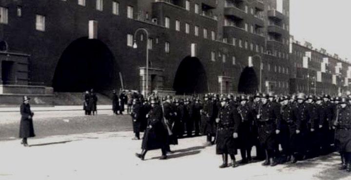 Politienheder foran Karl Marx Hof umiddelbart før det første angreb