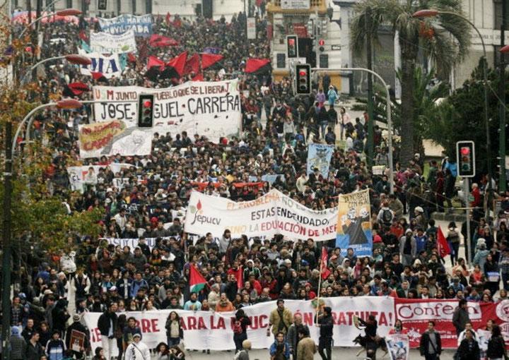 Omkring 150.000 studenter og lærere demonstrerer i Chiles hovedstad Santiago den 14. maj 2015