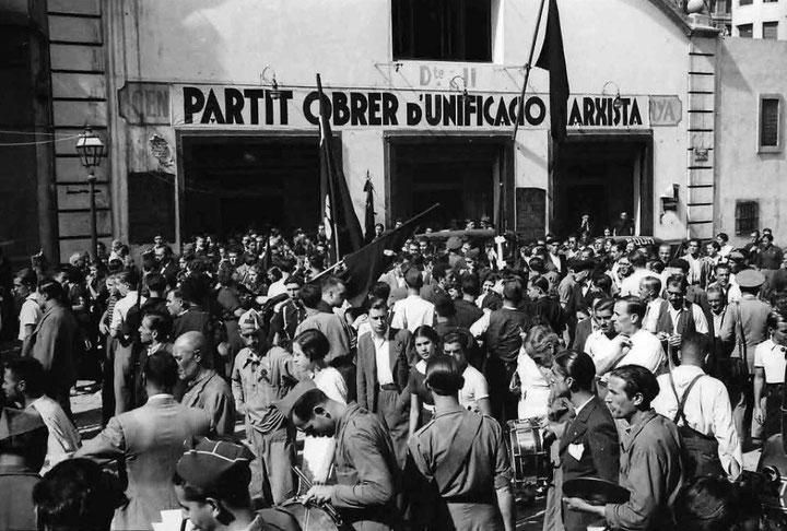 POUM - medlemmer samles foran partiets centrale i Barcelona