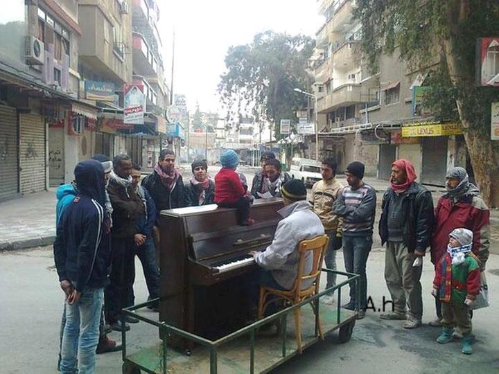 Ayham Ahmads daglige pianokoncert i Yarmouk