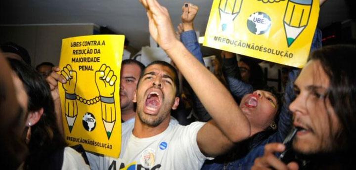 Vrede protester i Rio de Janeiro imod den vedtagede sænkning af den kriminelle lavalder fra 18 til 16 år.