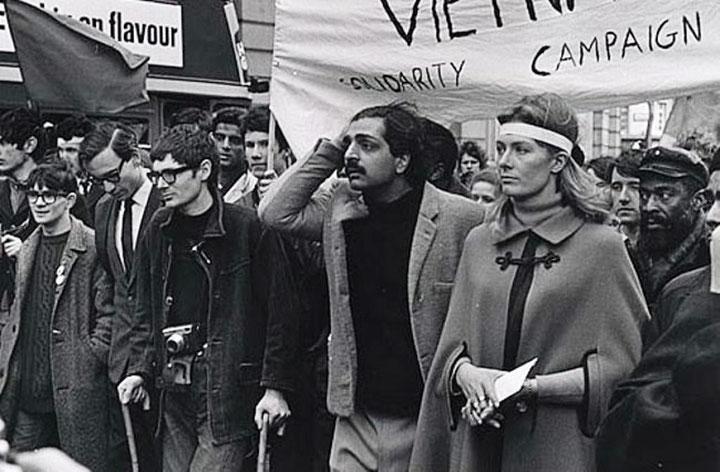 """Tariq Ali (dengang medlem af """"International Marxist Group"""" / 4. Internationale) og skuespiller Vanessa Redgrave (dengang medlem af det ligeledes trotskistiske """"Workers Revolutionary Party"""") sammen ved en Vietnam-solidaritetsdemonstration i London."""