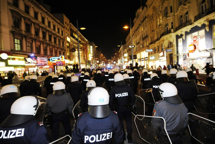 Politi-indsats mod anti-WKR-bal demonstranter sidste år i Wien