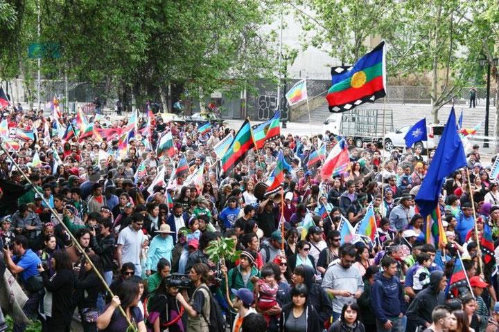Mapuche-indianerne protesterer i hovedstaden Santiago imod kriminalisering af deres modstand