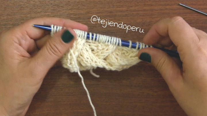 Bufanda en punto celta reversible con pompones tejida a dos agujas