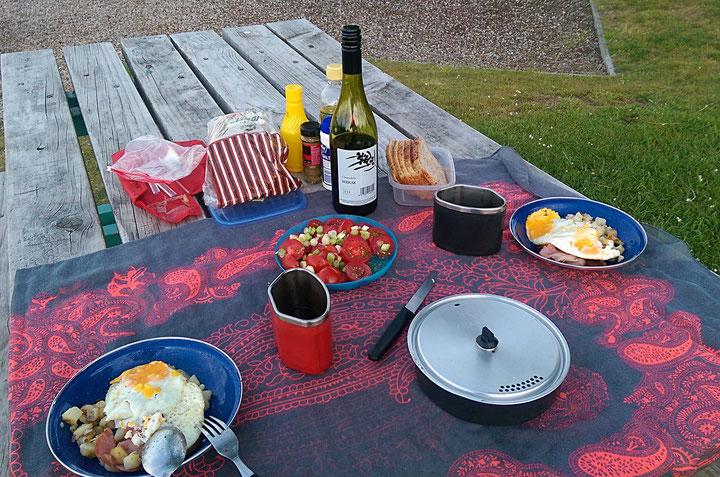 Wir geniessen das selber Kochen. Heute gibt es Bratkartoffeln, Spiegeleier und Bratspeck, dazu einen vollmundigen Roten aus Neuseeland.