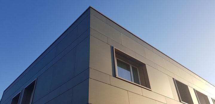 Energetische Fassadensanierung: MFH mit horizontaler Unterkonstruktion, 3D Strukturglas, grün