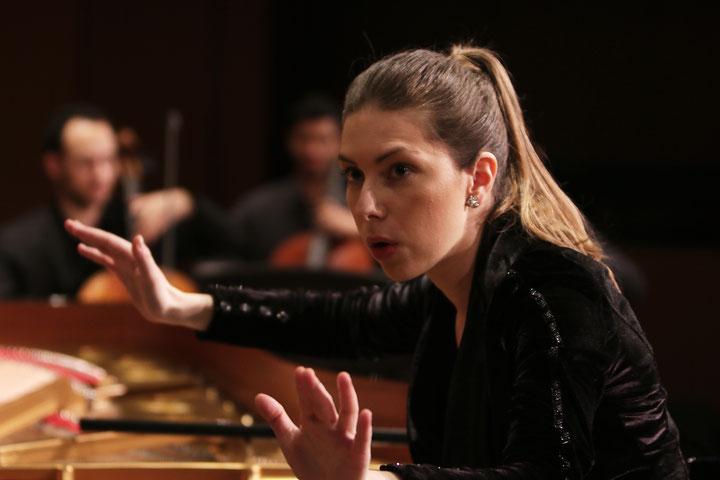 ... und 2019 als Dirigentin vom Klavier aus (Foto Fabian Wildgrube)