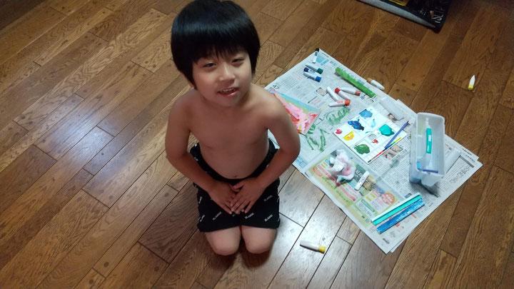 服を脱いだ子供の写真
