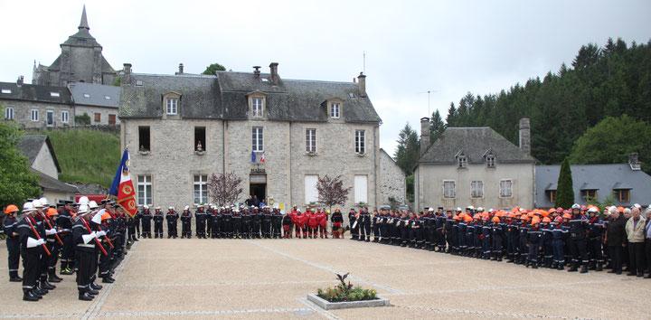 Rassemblement des troupes devant la mairie de Saint-Angel - cérémonie protocolaire