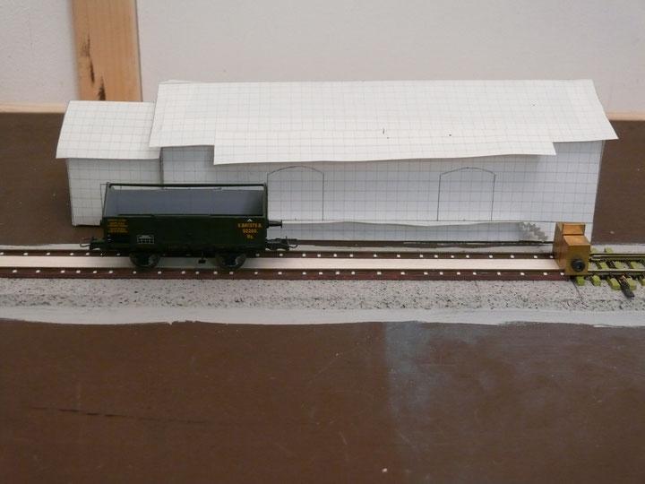 Bild 78: Güterwagen darf posieren – vor dem Güterschuppen ...