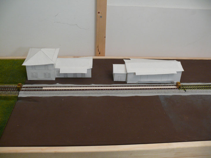 Bild 77: Zwischen den Langschwellen wird mit Balsaholzstreifen aufgefüttert.