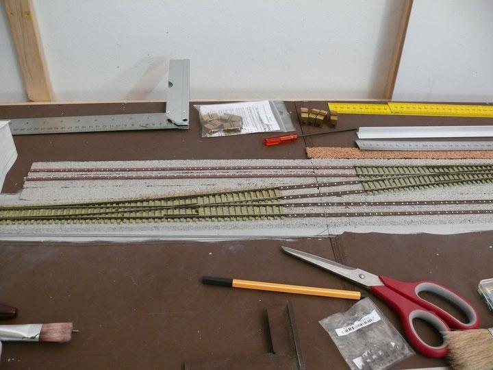 Bild 109: Weichen 1 und 2 eingebaut, die Langschwellen hinten liegen Probe.