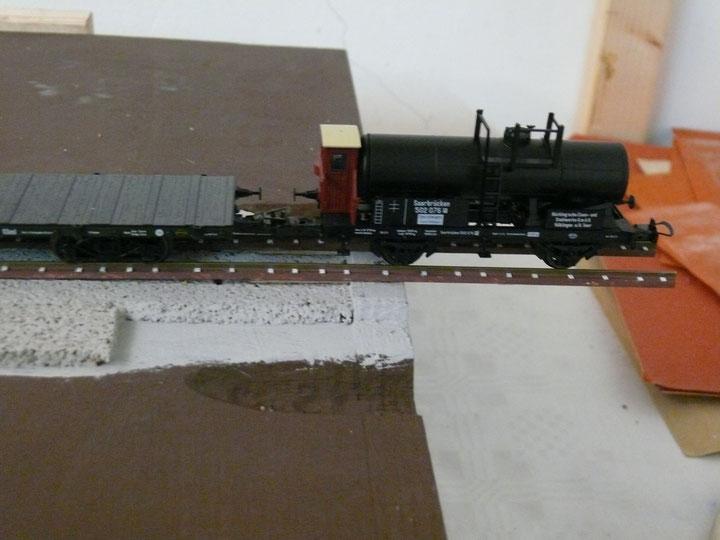 Bild 93: Probefahrt (mit Augenzwinkern) – Kesselwagen freischwebend über dem Abgrund: stabiles System.